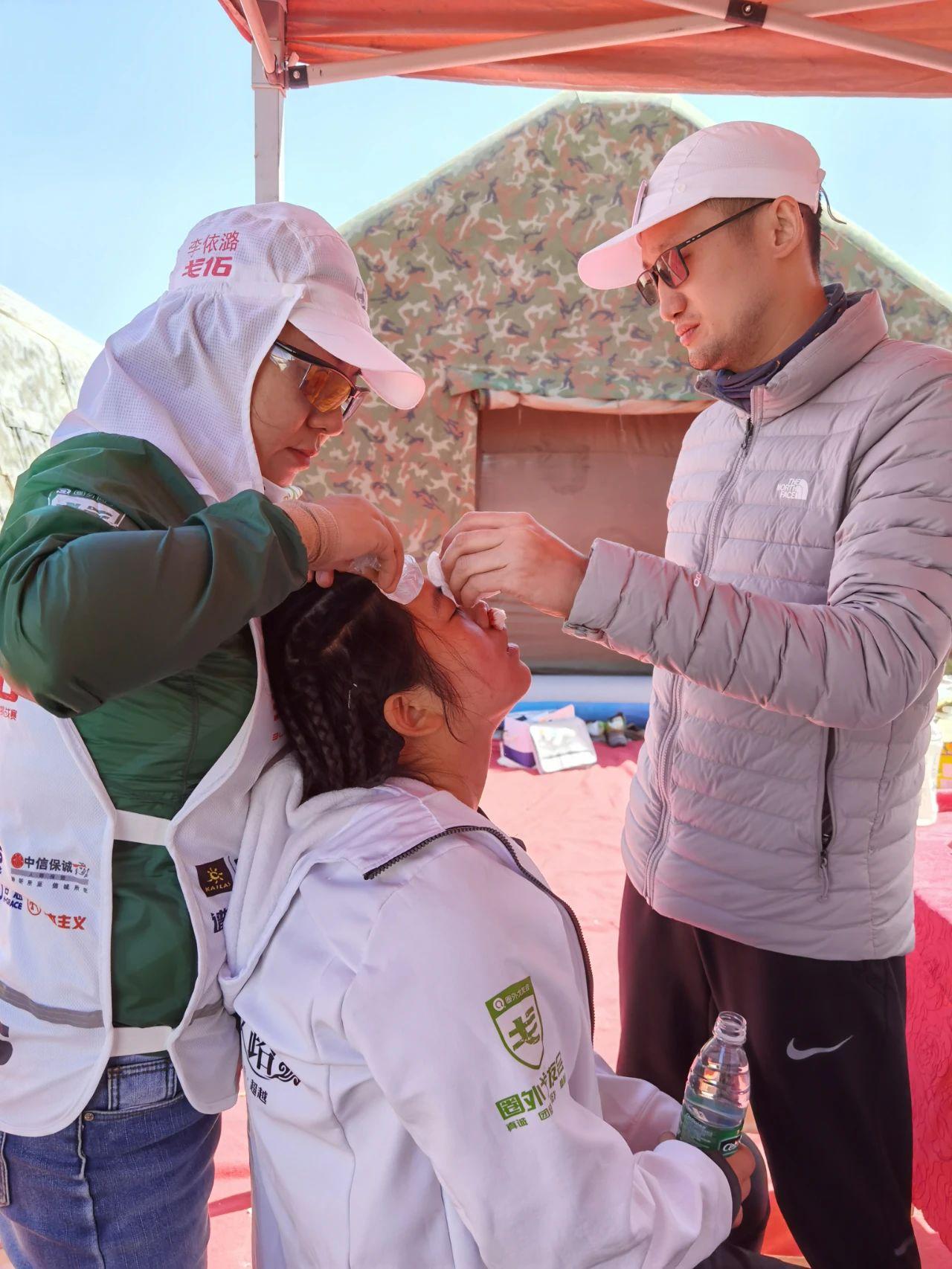 图4.刘小垒主任在实施运动损伤医疗援助