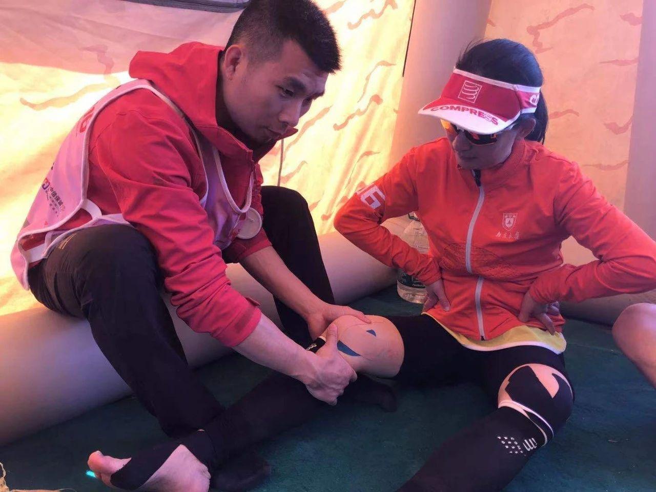 图5.资深理疗师杨作辉在实施运动损伤医疗援助